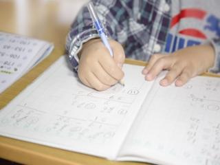 筆算の問題を解く子供